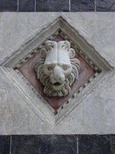 A lion's head on the Duomo facade