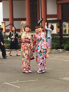 3 girls in kimono taking selfies